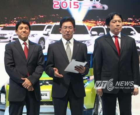 Ông Kazuhiro Yamana (đứng giữa) Tổng Giám đốc VinaStar, nhà nhập khẩu và phân phối xe Mitsubishi tại Việt Nam