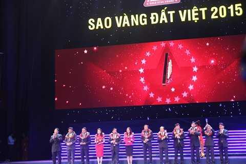 Bà Nguyễn Phương Anh – Phó Tổng giám đốc Tập đoàn (Người mặc váy đỏ thứ 4 từ trái qua) nhận giải thưởng TOP 10 Doanh nghiệp trách nhiệm xã hội Sao Vàng Đất Việt 2015
