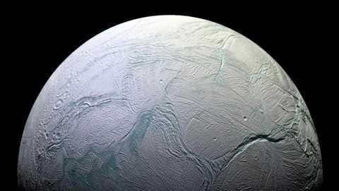 Lớp băng dày bao phủ bề mặt của Enceladus. Ảnh: NASA