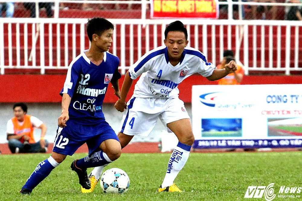 U21 Bình Định (áo xanh) gặp muôn vàn khó khăn trước U21 An Giang thi đấu đầy kỉ luật, quyết tâm (Ảnh: Hoàng Tùng)