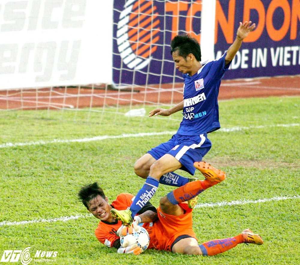 Thi đấu xuất sắc, thủ môn Đặng Ngọc Tuấn của U21 An Giang nhận danh hiệu 'Cầu thủ xuất sắc nhất trận' (Ảnh: Dương Thu)