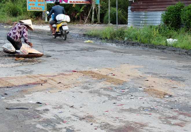 Nhiều mảnh vỡ xe máy vương vãi tại hiện trường tai nạn. Ảnh: Việt Tường.