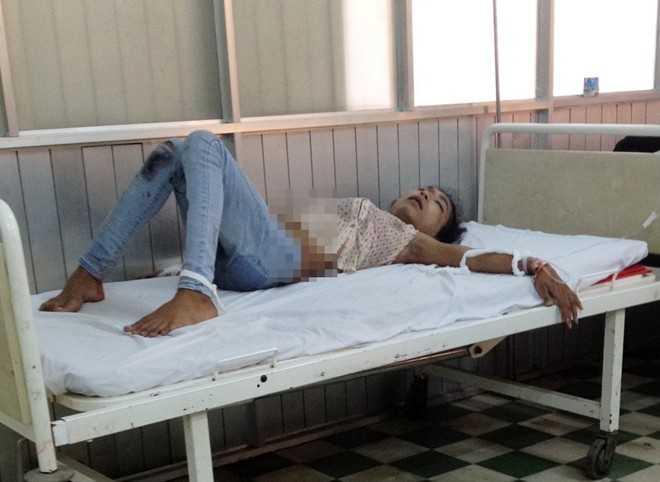 Một người bị thương trong vụ tai nạn đang điều trị tại bệnh viện Ảnh: Việt Tường.