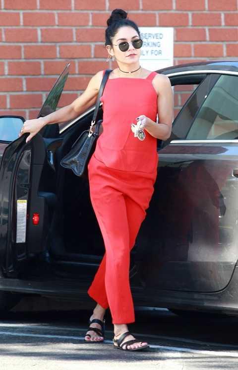 Vanessa Hudgens nổi bật trên Studio City với bộ jumpsuit đỏ kết hợp phụ kiện đồng nhất màu đen từ kính retro, dép kẹp da, choker đính ngọc trai.