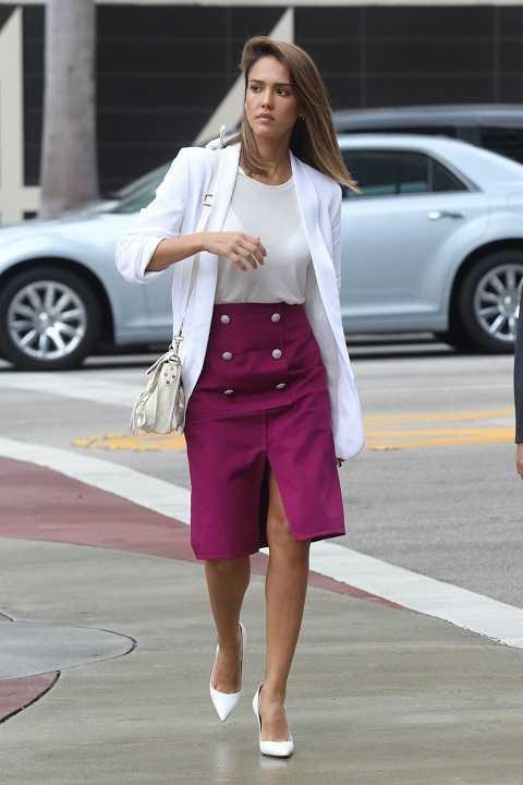 Jessica Alba tươi tắn và lịch lãm với áo blazer trắng, váy hồng trên phố Los Angeles.
