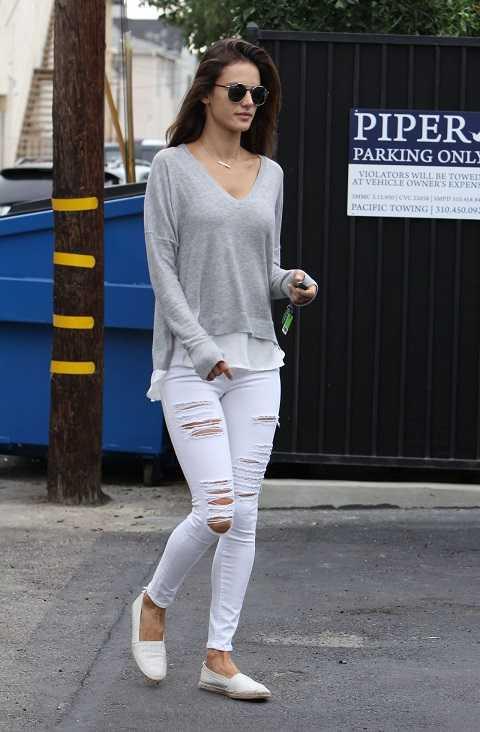 Chỉ với áo dệt kim rộng, quần denim rách nhưng Alessandra Ambrosio vẫn rất thu hút.