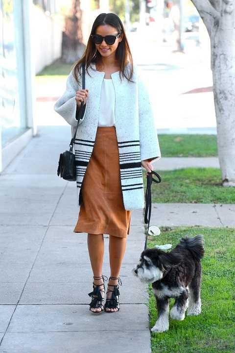 Jamie Chung dù chỉ dắt cún cưng đi dạo vẫn rất thời trang. Nữ diễn viên diện áo khoác dạ dài, váy da lộn màu be, sandals multi-strap.