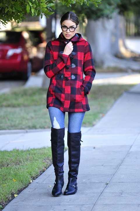 Olivia Culpo ấm áp trong tiết trời thu của Los Angeles với áo khoác dài sọc ca-rô, quần jeans skinny và bốt da cao qua gối.