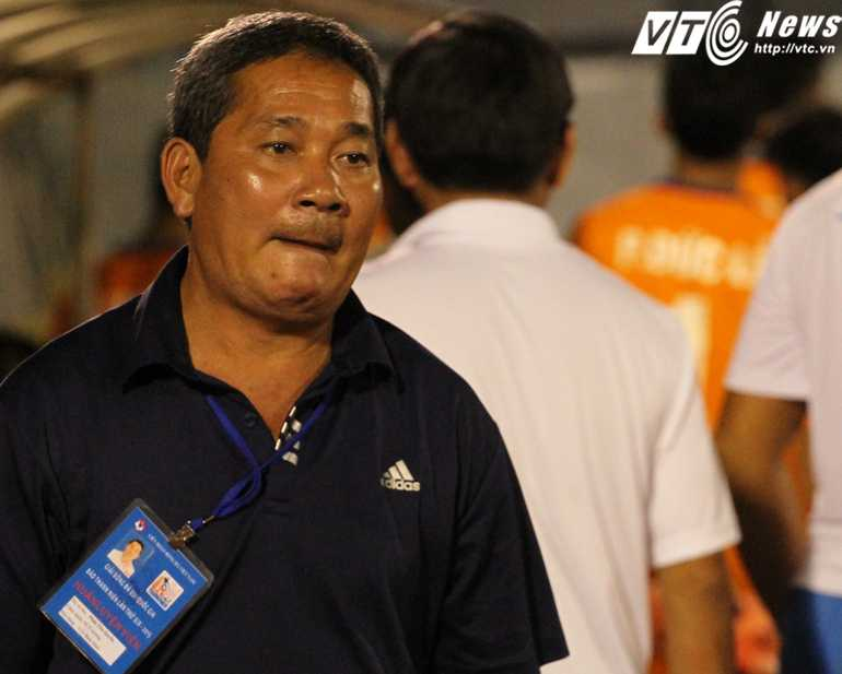 HLV Phan Tôn Quyền tiếc nuối vì thua trận bán kết (Ảnh: Hoàng Tùng)