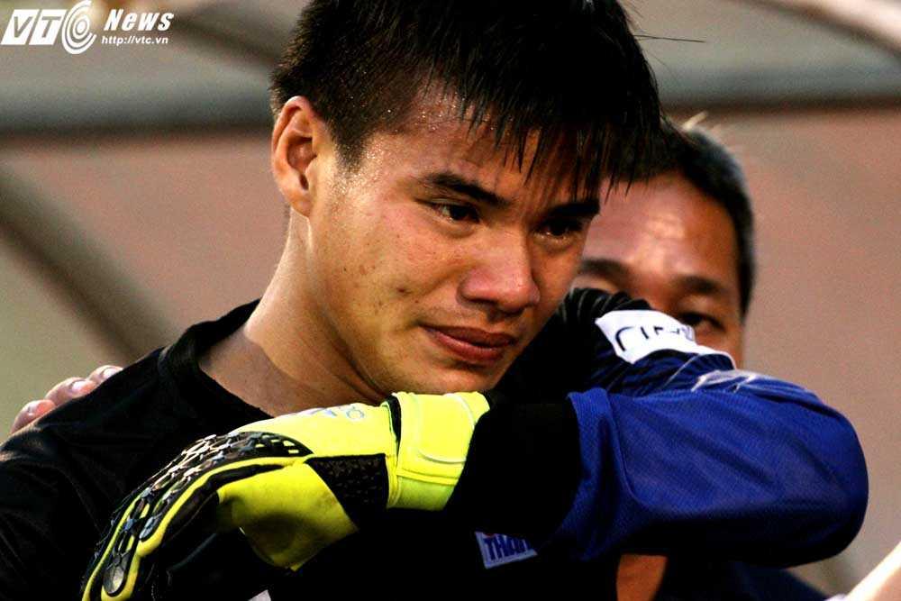 Thủ môn Trần Đình Minh Hoàng khóc sau trận bán kết (Ảnh: Hoàng Tùng)