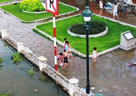 Nhiều trẻ nhỏ chơi đùa gần sống nước rất nguy hiểm.