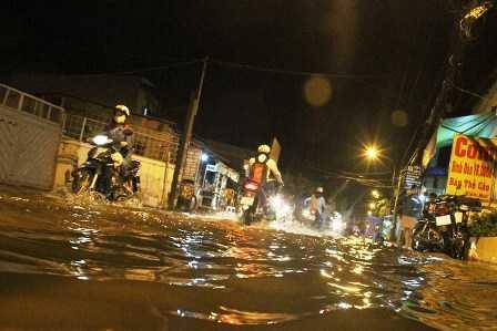 Đến hơn 19h nhiều tuyến đường vẫn chìm sâu trong nước.