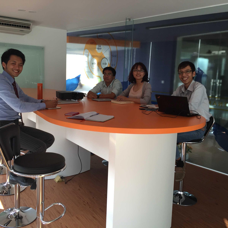 Cách thể hiện, bài trí tại phòng họp: hệ thống ghế cao, bàn cao, tạo tư thế thoải mái, năng động trong khi trao đổi công việc, giúp ta có cảm giác tràn đầy năng lượng.