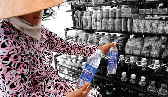 Aquafina vẫn được người tiêu dùng Việt Nam ưa chuộng dù giá thành cũng tương đối cao  - Ảnh: internet