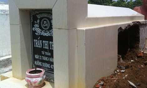 Ngôi mộ của bà Thơm đã bị ông Khỏe đục một góc để lấy hài cốt.