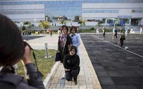 Các cô gái trẻ đang chụp ảnh trước bách hóa Pothonggang ở Bình Nhưỡng.