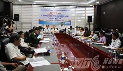 Cục Tần số Vô tuyến điện, Bộ TT&TT và Sở TT&TT Đà Nẵng tổ chức Họp báo công bố việc Ngừng phát sóng truyền hình tương tự mặt đất tại Đà Nẵng từ ngày 1/11/2015.