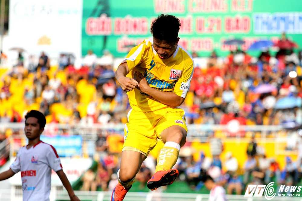 'Gà son' Phạm Văn Thành liên tục ghi bàn cho U21 Hà Nội T&T (Ảnh: Hoàng Tùng)