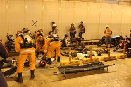 Nhiều người bị thương nằm la liệt trong hầm.