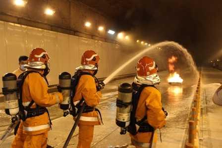 Lực lượng PCCC đang phun nước vào đám cháy.