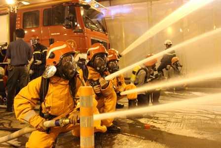 Phun nước liên tục vào đám cháy.