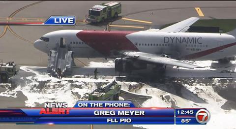 Chiếc máy bay bốc cháy khi đang đỗ tại sân bay