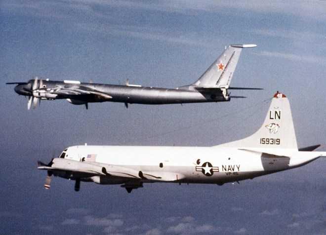 Máy bay Mỹ áp sát máy bay chống ngầm Tu-142 Bear của Liên Xô ngày 1/1/1986