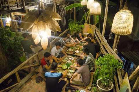 Quán ăn có phong cách thiết kế độc đáo, giống với các vùng quê ở Việt Nam nằm sâu trong ngõ hẻm