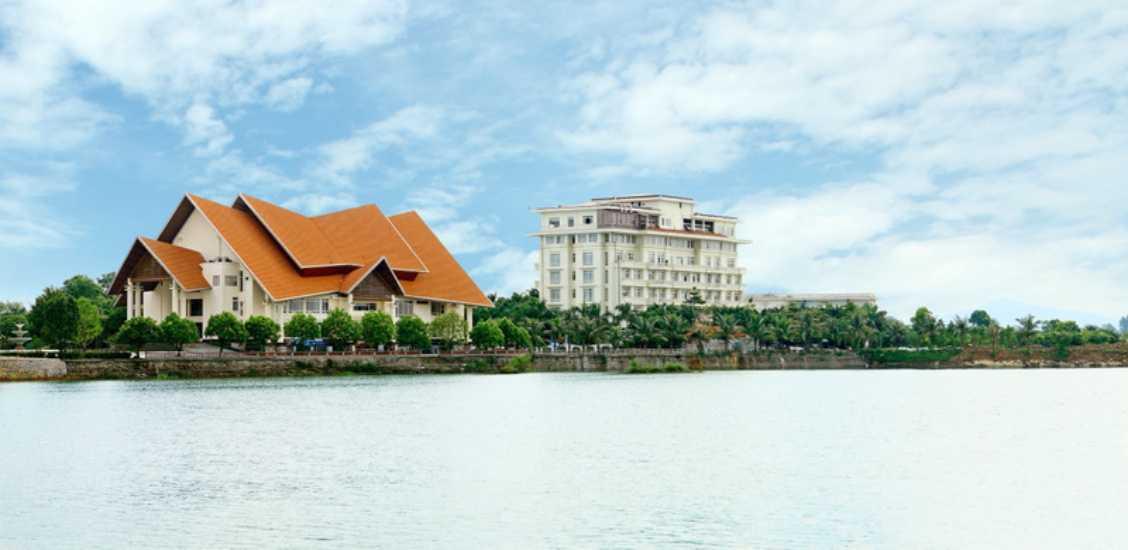 Nằm trên bán đảo Đầm Vạc trung tâm thành phố Vĩnh Yên, chỉ cách Sân bay Quốc tế Nội Bài 28 km vầ trung tâm Hà Nội 50 km, Sông Hồng resort với gần 200 phòng tiêu chuẩn 04 sao, không gian sang trọng, gần gũi thiên nhiên, trang bị nội thất tiện nghi cao cấp và phong cách phục vụ chuyên nghiệp, thân thiện.