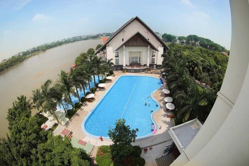 Với lối kiến trúc hài hòa, kết hợp giữa Á Đông và Phương Tây cổ điển, không gian sinh thái với cây xanh cùng mặt nước hồ Đầm Vạc là một điểm du lịch thú vị gần Hà Nội.