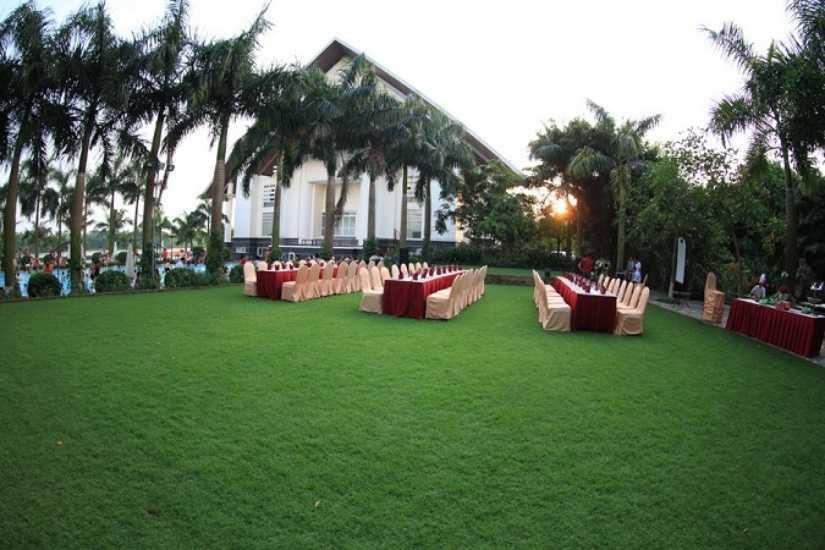 Hệ thống dịch vụ gồm: Khu khách sạn 7 tầng tiêu chuẩn 04 sao; Khu biệt thự nghỉ dưỡng cao cấp; Nhà hàng Sông Hồng; Nhà hàng Hoàng Gia tại tầng 7 của khách sạn; Trung tâm hội nghị đa năng Nhà Thủ Đô có sức chứa tối đa lên đến 800 khách; khu Cafe ven hồ; Khu massage-sauna - karaoke; Tổ hợp 04 sân tennis liên hoàn; Sân bóng đá 07 người với mặt cỏ nhân tạo; Bể bơi ngoài trời; Tổ hợp khu vui chơi bao gồm Khu vui chơi liên hoàn - Khu Xe điện đụng (trong nhà); Khu vui chơi vận động (ngoài trời), xe đạ