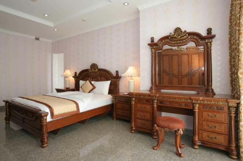 Phòng executive suite bên khu biệt thự rộng 72 m2 đáp ứng được nhu cầu về không gian rộng rãi, tính riêng tư, sang trọng với nhiều ưu đãi đặc biệt hơn so với loại phòng khác trong Sông Hồng Resort.