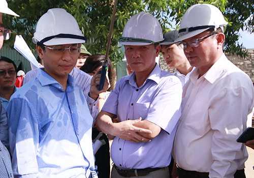 Ông Nguyễn Xuân Anh (bìa trái) cùng Giám đốc Sở Tài Nguyên Môi trường và Sở Giao thông kiểm tra tiến độ các dự án xử lý ô nhiễm môi trường trên sông Phú Lộc. Ảnh: Nguyễn Đông.