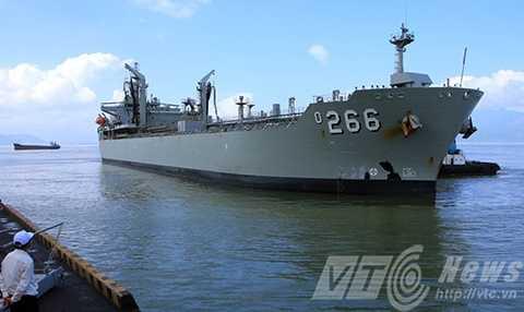 Sáng 30/10, tàu Hải quân Úc-HMAS Sirius mang số hiệu 266 cùngthủy thủ đoàn đã cập cảng Tiên Sa (Đà Nẵng) chính thức thăm hữu nghịViệt Nam