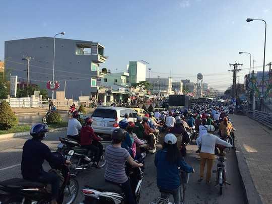 Ùn tắc giao thông trên đường Nguyễn Văn Cừ do triều cường