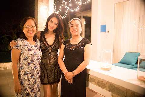 """Nữ diễn viên """"Cổng mặt trời"""" đã mời mẹ Thu (bên trái) và bạn bè đến dự tiệc ở một khu nghỉ dưỡng sang trọng, mừng cô chia tay cuộc sống độc thân, chuẩn bị bước sang một giai đoạn mới của cuộc đời."""
