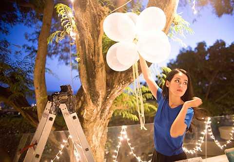Chuẩn bị cho phần tiệc tối, Tú Vi còn tự tay cắm hoa, giăng đèn dây trang trí, thổi bóng bay… trang hoàng không gian nơi diễn ra cuộc vui.