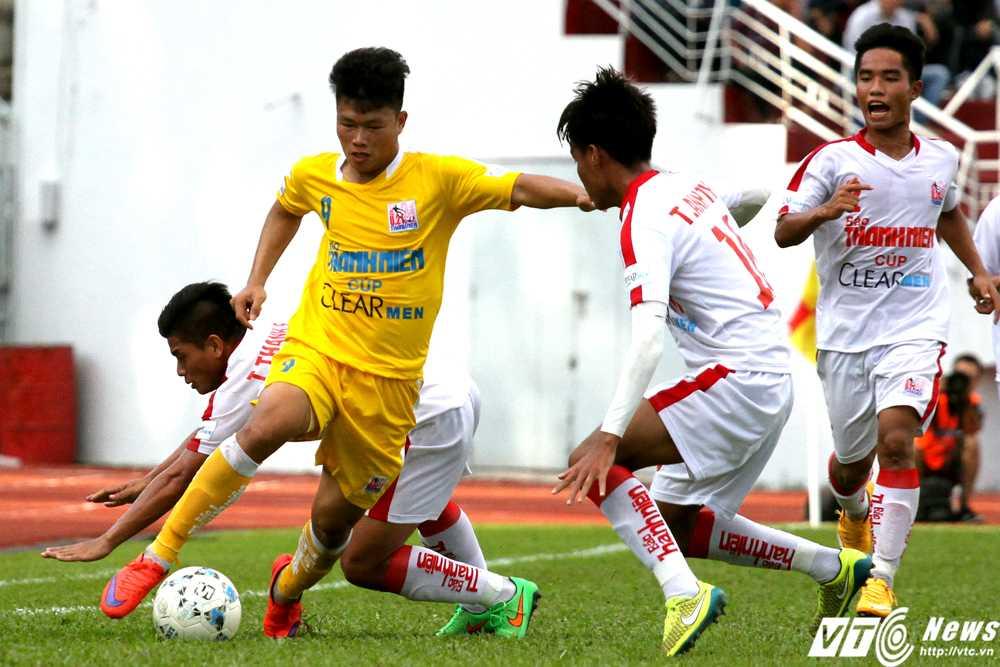 U21 Hà Nội T&T (áo vàng) có chuyên môn vượt trội so với U21 TP.HCM (Ảnh: Hoàng Tùng)