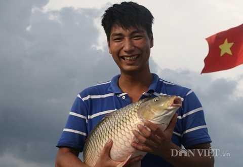 Tỷ phú trẻ Nguyễn Thế Phước vui vẻ bên hệ thống lồng bè, thành quả mà mình đã dày công có được.