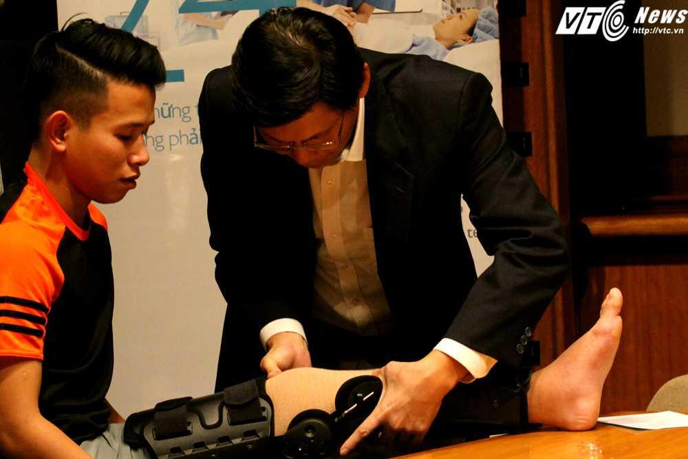 Bác sĩ Tan Jee Lim tận tình chỉ dẫn cách tập phục hồi cho Anh Khoa