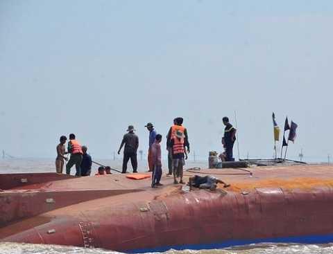 Lực lượng chức năng tiếp cận hiện trường vụ tàu đắm.
