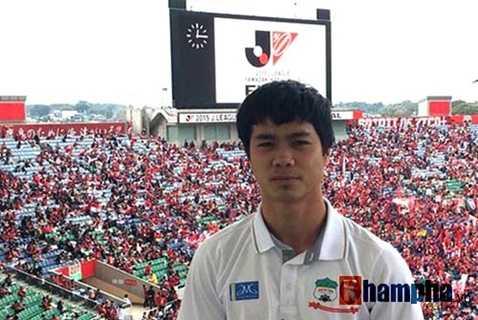 Công Phượng có mặt trên khán đài Saitama từ khá sớm để theo dõi trận chung kết Cúp Quốc gia Nhật Bản 2015
