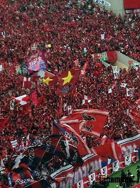 Nhiều lá cờ Việt Nam xuất hiện trên sân vận động Saitama