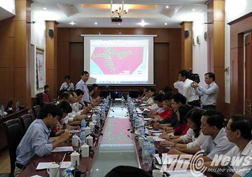 Đại diện Công ty Tùng Lâm trả lời giải đáp một số câu hỏi của phóng viên tại buổi họp báo liên quan đến vụ việc - Ảnh MK