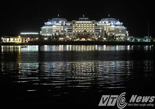 Vinpearl Hạ Long Bay Resort về đêm lộng lẫy, lung linh, huyền ảo trên vịnh Hạ Long - Ảnh MK
