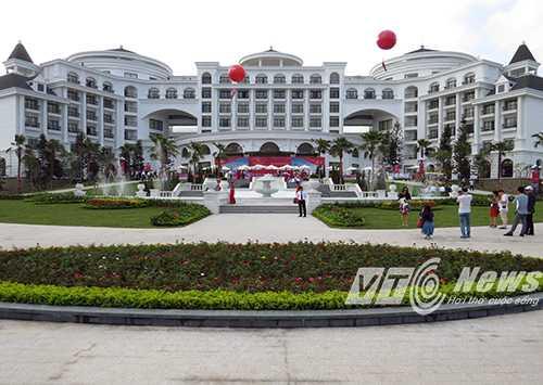 Quan khách chụp ảnh lưu niệm trước giờ khai trương Vinpearl Hạ Long Bay Resort , hướng về phía đất liền - Ảnh MK