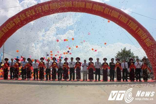 Bộ trưởng Bộ GTVT Đinh La Thăng cùng lãnh đạo Bộ GTVT, tỉnh Thừa Thiên - Huế cắt băng thông tuyến QL 1A.