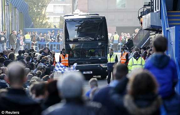 Xe bus chở CLB Liverpool đến Stamford Bridge