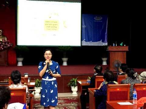 Bà Nguyễn Thị Mỹ Hòa – Trưởng ban nhãn hiệu, ngành hàng sữa bột, công ty Vinamilk chia sẻ những thông tin hữu ích của các sản phẩm dinh dưỡng dành cho người cao tuổi tại hội thảo ở Hà Nội