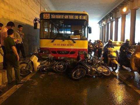 Hiện trường vụ tai nạn xe buýt tông hàng loạt xe máy trú mưa trong hầm Kim Liên.